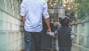 Psycholog: ojciec daje dziecku poczucie bezpieczeństwa; niestety współcześni ojcowie są zbyt zmęczeni
