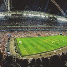 Socjologowie: restrykcyjne przepisy przesunęły przemoc kibiców poza stadion